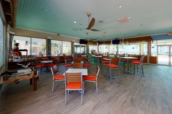 holiday-inn-driftwood-bar-and-grill-living-room-1D3E9C157-FE24-9B08-16FE-D6CDD9AE3EB9.jpg